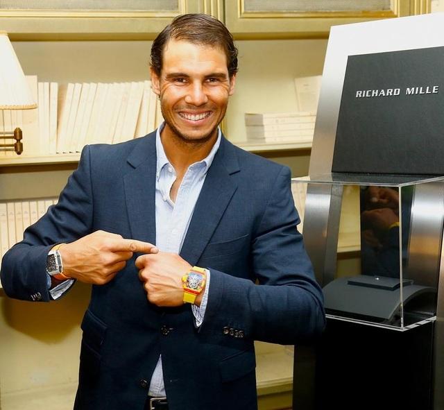 Tay vợt người Tây Ban Nha hào hứng khoe chiếc đồng hồ mới RM 27-03 sẽ chính thức đồng hành với anh tại Roland Garros 2017.