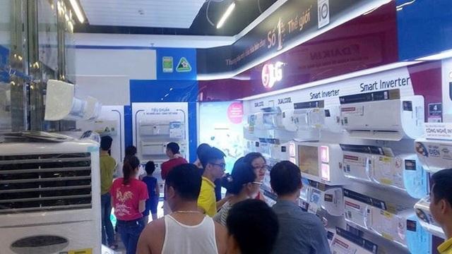 Những ngày nắng nóng cao điểm, gian hàng điều hòa LG luôn rơi vào tình trạng quá tải người xem và mua