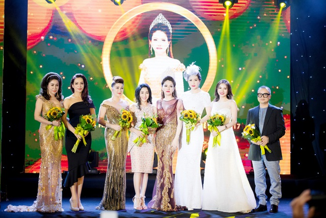 Tân Hoa hậu tặng hoa cho những người bạn đã cùng đồng hành trong hành trình dự thi của chị