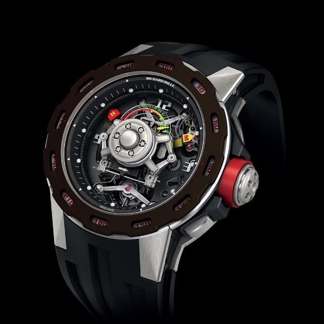 RM 36-01 Sebastien Loeb. Được chế tạo dành riêng cho một trong những tay đua đường trường số 1 thế giới, RM 36-01 là chiếc đồng hồ G-Sensor duy nhất có hình tròn và cấu tạo cực kì độc đáo G-sensor xoay . Mục đích của cấu tạo xoay tròn này là để người đeo có thể điều chỉnh hướng tính lực của đồng hồ, bởi vì bản đồ đua đường trường rất phức tạp và đa dạng do đó lực G có thể bị tác động từ nhiều phía.