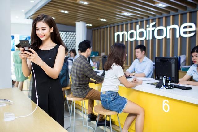Không ít khách hàng bất ngờ với giá bán rẻ hơn môt nửa so với thị trường của Samsung J7 tại cửa hàng MobiFone