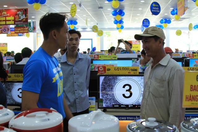 Nhân viên siêu thị Điện máy Xanh Phú Quốc nhiệt tình tư vấn cho khách hàng