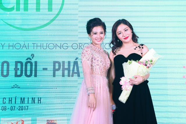 Ca sĩ Văn Mai Hương cùng đại diện thương hiệu Nấm.