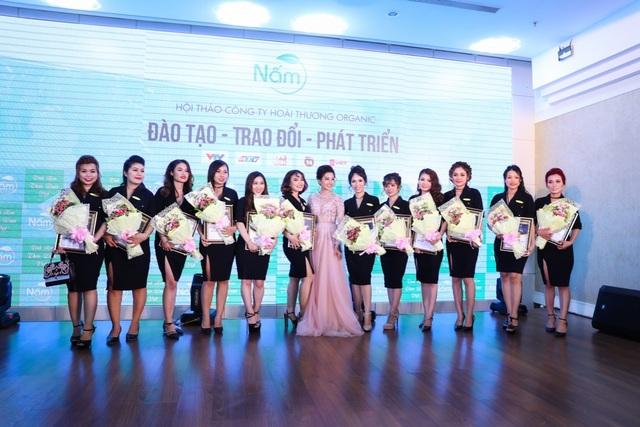 Giám đốc Nguyễn Vũ Hoài Thương trao bằng khen cho hệ thống nhà phân phối xuất sắc