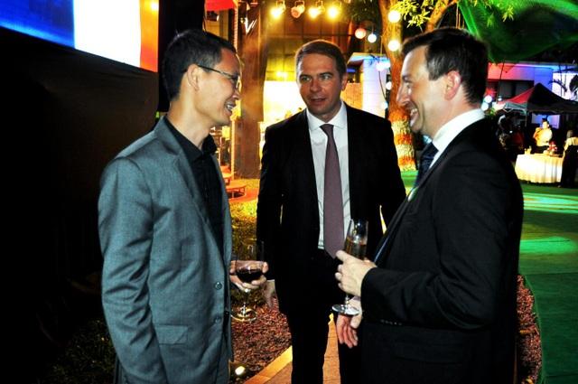 Từ trái qua phải: ông Đỗ Nam Trung (CEO của Wiko Việt Nam), ông Matthieu Lefort (Giám đốc cục xúc tiến thương mại Pháp tại Việt Nam), Ông Betrand Lortolary (Đại sứ của Pháp tại Việt Nam)
