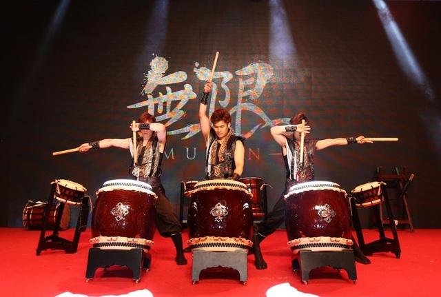 """Màn trình diễn của một trong những nhóm trống """"đắt show"""" nhất hiện nay tại Nhật Bản, từng lưu diễn qua các sân vận động lớn của Nhật Bản trong """"Japan Dome Tour"""" và lưu diễn vòng quanh châu Âu"""