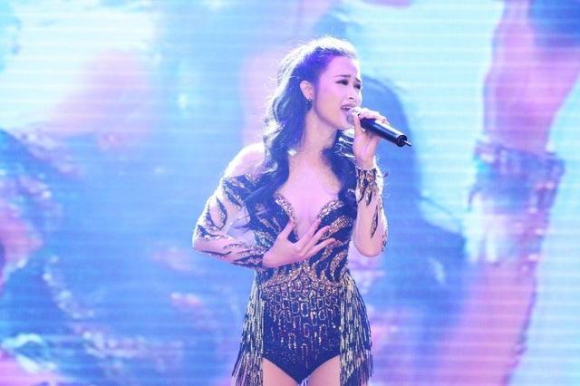 """Ngoài ra ca sĩ Đông Nhi cũng mang đến các màn trình diễn âm nhạc đặc sắc vào cuối ngày đầu của sự kiện bằng loạt ca khúc EDM như """"Love me too"""", """"Xin anh đừng"""" và """"Bad Boy"""""""