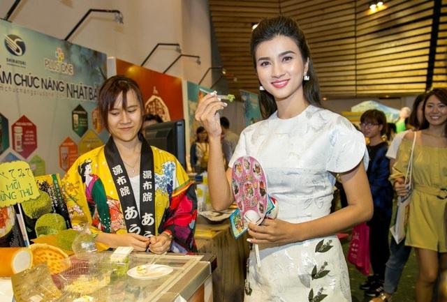 Diễn viên Kim Tuyến dùng thử sản phẩm tại quầy bánh ngọt truyền thống của Nhật