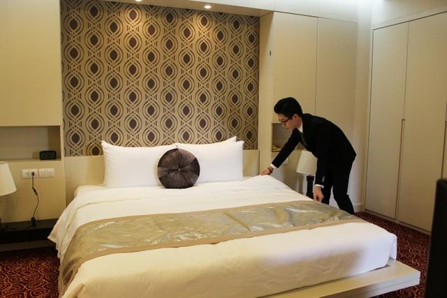 Bạn Đinh Mạnh Hiếu – học sinh lớp Quản trị Khách sạn thực hành kỹ năng HouseKeeping tại phòng khách sạn mẫu.