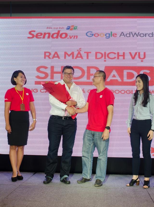 Ông Nguyễn Đắc Việt Dũng - CTHĐQT Sendo.vn bắt tay đánh dấu hợp tác với ông Matthew Heller - Giám đốc đối ngoại Đông Nam Á của Google ra mắt dịch vụ quảng cáo Shop Ads