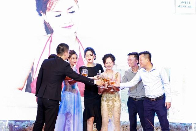 Ban giám đốc nâng ly chúc mừng lễ ra mắt thành công tốt đẹp