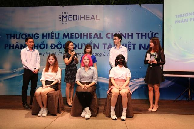 Tại sự kiện, các chuyên gia đã có phần tư vấn cách chăm sóc da ngay trên sân khấu