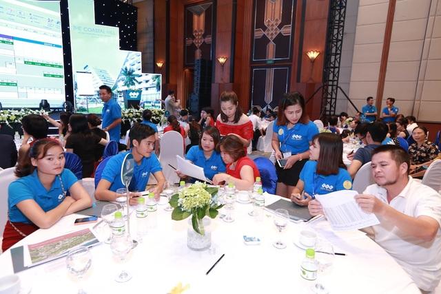 """Khách hàng """"chen chân"""" tham dự Lễ giới thiệu The Coastal Hill - FLC Grand Hotel Quy Nhơn - 2"""