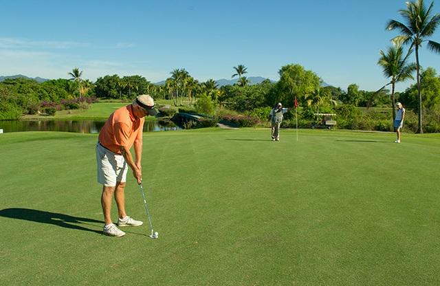 Phòng chơi Golf 18 lỗ mô phỏng hơn 200 sân golf đẳng cấp quốc tế giúp bạn giải trí nghĩ dưỡng và nâng tầm đẳng cấp.