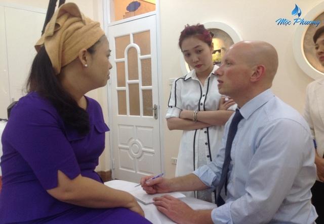 TS Andre Steps cùng chuyên gia của Mộc Phương Beauty Salon tư vấn cho khách