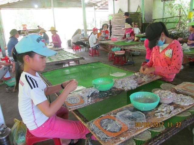 Hơn 50 em học sinh làm việc trong xưởng cá bò để kiếm tiền sắm sửa sách vở trước năm học mới.