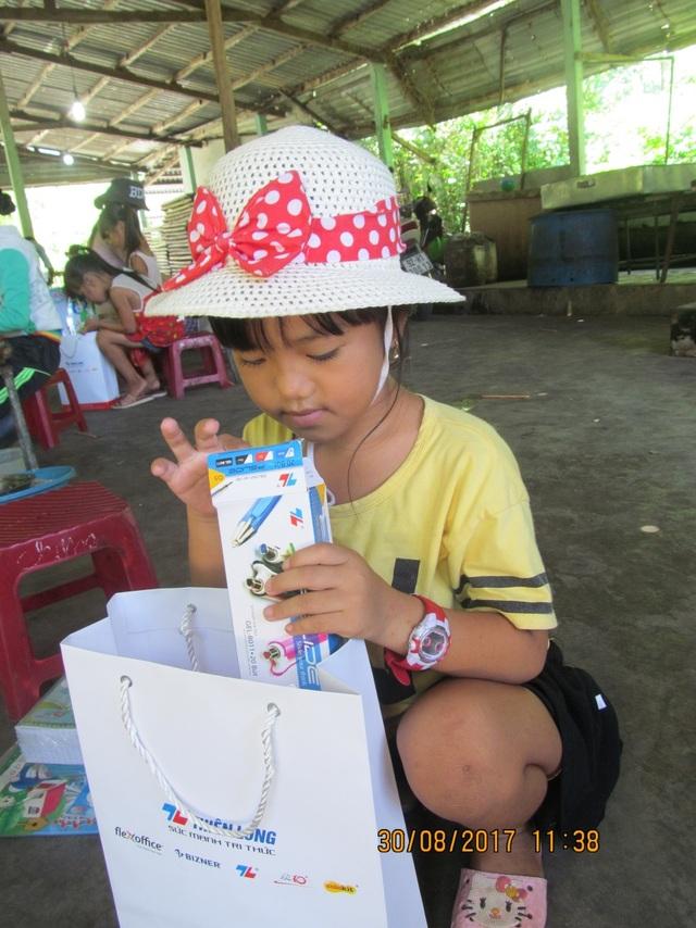 Một học sinh chăm chú nhìn ngắm các đồ dùng học tập mới