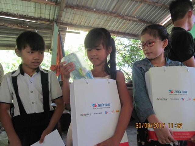 Các em học sinh nghèo ở xưởng cá nhận học bổng và một phần quà trước năm học mới của Thiên Long. Nhiều năm qua, Thiên Long luôn đồng hành cùng học sinh, đặc biệt là các học sinh nghèo hiếu học.