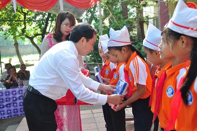 Đồng chí Phùng Lê Dũng - Chủ tịch Công đoàn EVN HANOI tặng vở cho các học sinh có hoàn cảnh khó khăn tại trường Đồng Phú
