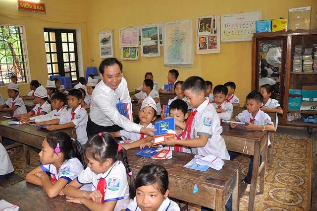 Trao tặng vở tới học sinh trên địa bàn Thủ đô Hà Nội nhân dịp khai giảng - 4