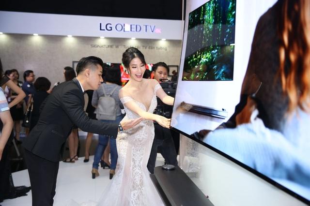 LG mời một loạt các nhân vật nổi tiếng trong giới công nghệ, điện ảnh, âm nhạc và thời trang để thu hút sự chú ý của thị trường đối với dòng TV LG OLED Signature W.