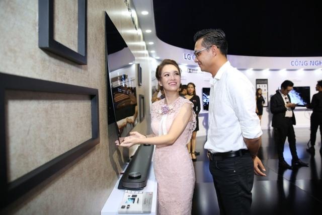 Chiêu marketing mới: Thách thức bẻ cong TV OLED giá 650 triệu - 5