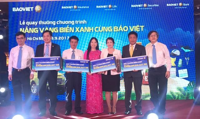 Lãnh đạo Bảo Việt trao biểu chưng các giải thưởng