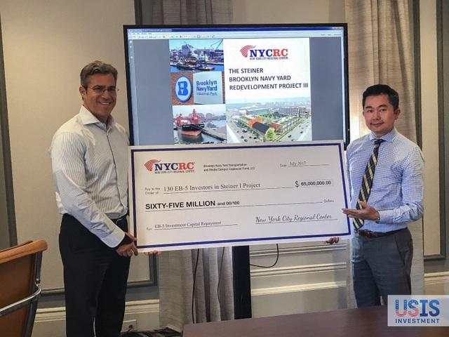 Ông Paul Levinsohn (Chủ tịch NYCRC) trao tấm check tượng trưng cho việc hoàn trả 65 triệu USD cho 130 nhà đầu tư trong dự án Steiner (Giai đoạn 1)
