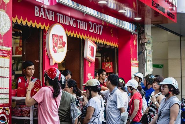 Cận Trung thu, rất đông người dân Hà Nội kiên nhẫn chờ đợi mua bánh ở một cửa hàng trên phố Bà Triệu.