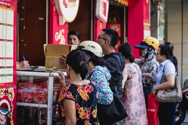 Theo nhân viên bán hàng thì cửa hàng luôn đông đúc, nhất là vào giai đoạn cao điểm từ đầu tháng cho tới rằm tháng 8 âm lịch.