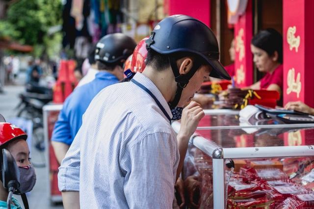 Anh Lân (Hàng Cót – Hà Nội) năm nào cũng ra mua bánh nướng, bánh dẻo của Bánh mứt kẹo Hà Nội vì gia đình anh đã quen hương vị này.
