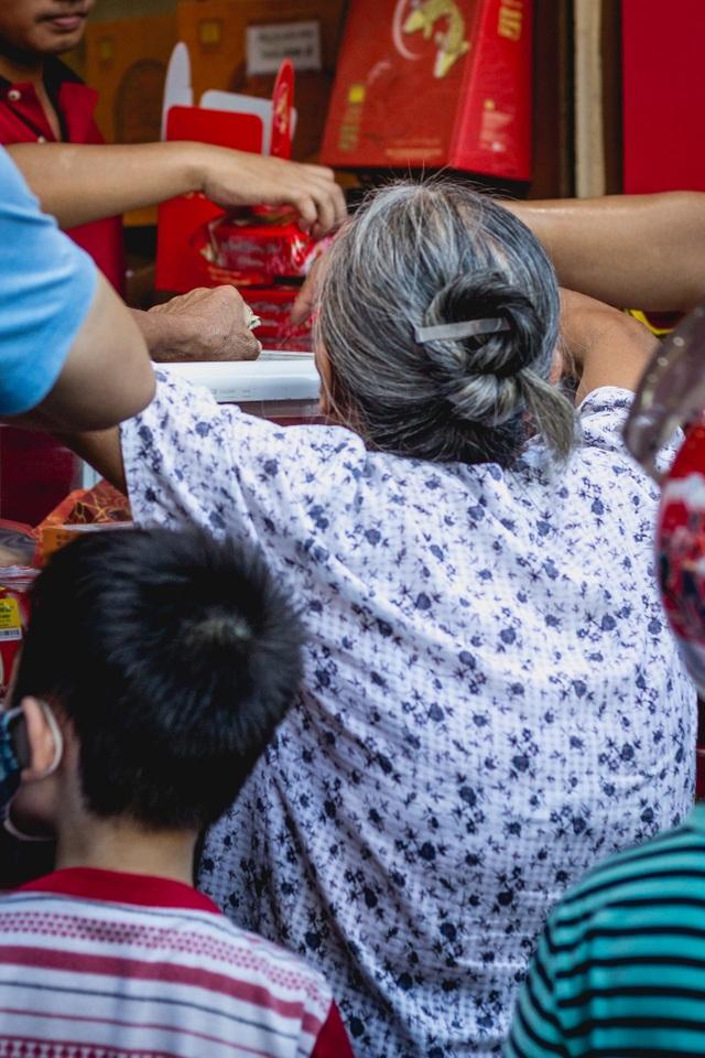 Với khách hàng lớn tuổi, Bánh mứt kẹo Hà Nội đã in sâu trong ký ức của họ từ những năm 1964.