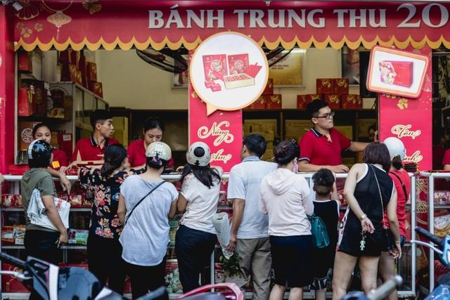 Cận Trung thu, người Hà Nội xếp hàng dài để mua bánh nướng, bánh dẻo - 7