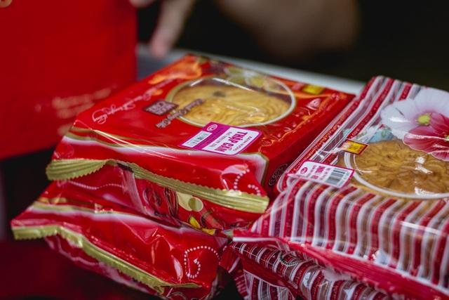 Giá bánh năm nay không thay đổi, dao động từ 40-60 nghìn đồng/chiếc. Các loại nhân thập cẩm thường được khách yêu thích và mua nhiều nhất.
