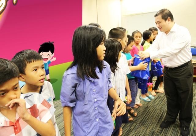 Ông Hồ Phan Hải Triểu ( áo sơ mi trắng) - PTGĐ Vietbank trao quà cảm ơn cho Bà Đoàn Lê Phong - PCT Hội Phụ nữ từ thiện TPHCM