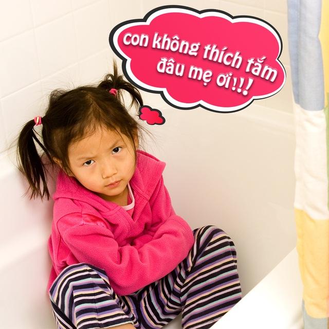 Bé không hợp tác khi tắm là điều làm bậc phụ huynh vô cùng đau đầu.