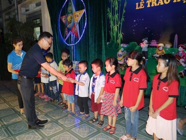 Ông Hoo Swee Loon – PhóT ổng Giám đốc VSIP Hải Dương trao học bổng cho học sinh khó khăn tại trường Tiểu học Cẩm Điền