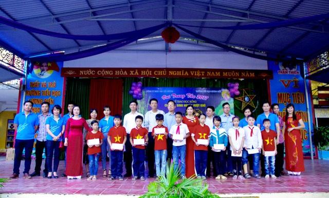 Công ty TNHH VSIP Hải Dương cùng Ban Giám hiệu nhà trường và các em học sinh trường Tiểu học Lương Điền
