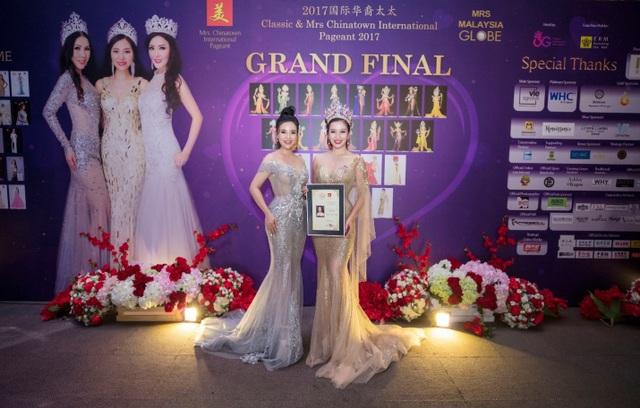 Ứng viên Hoa hậu Quý bà Châu Á bên cạnh Á hậu Nguyễn Thu Hương 2012 trong sự kiện lớn gần đây tại Malaysia