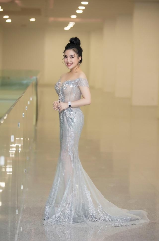 Trong trang phục dạ hội, người đẹp với nhan sắc nổi bật của mình thu hút người đối diện