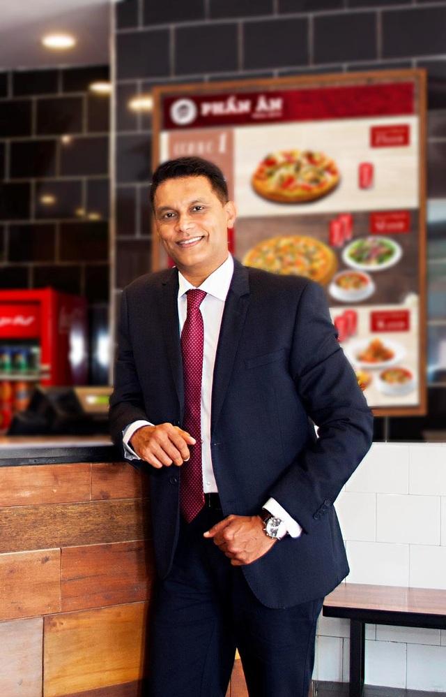Ông Arif Khan, Tổng giám đốc Pizza Hut Việt Nam, chia sẻ: Việc mang Robot HutGirl về Việt Nam chính là nỗ lực mang nhiều công nghệ tiên tiến nhằm nâng cao chất lượng dịch vụ