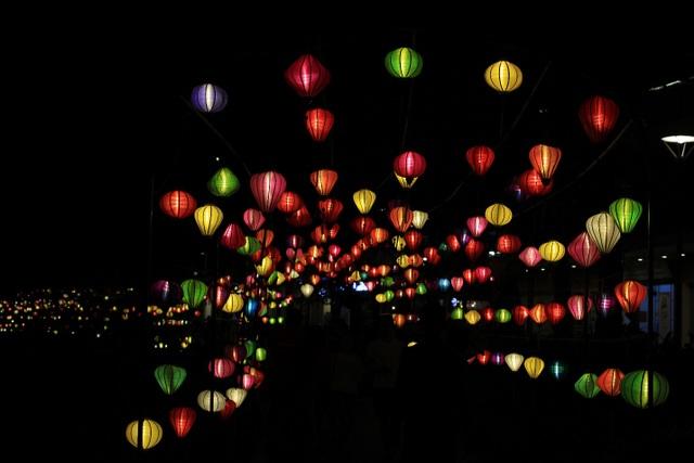 Con đường rợp bóng đèn lồng dài 0.5 km uốn quanh hồ Thiên Nhãn thơ mộng