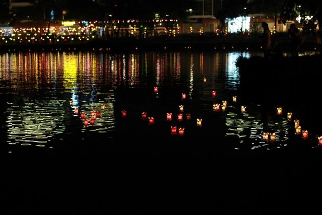 Du khách được ngồi thuyền dạo hồ Thiên Nhãn, tự tay thả những chiếc đèn hoa đăng lấp lánh, gửi gắm những ước mơ theo dòng nước.