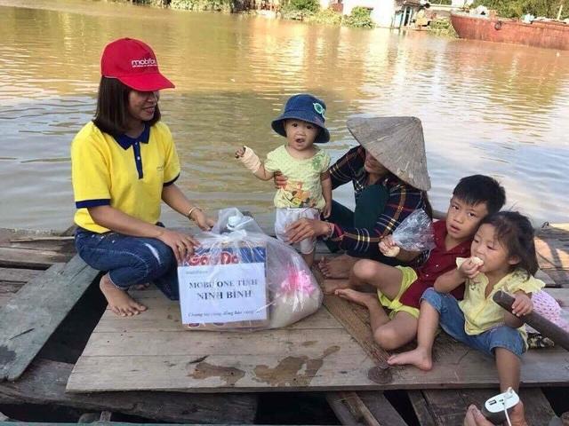 Nhân viên MobiFone trao lương thực đến tận tay người dân gặp nạn