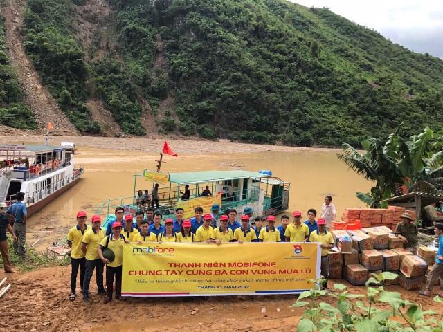 Đoàn thanh niên Công ty Dịch vụ MobiFone Khu vực 4 và Công ty Dịch vụ MobiFone Khu vực 6 đã rất khó khăn vượt quãng đường 7 tiếng đồng hồ từ Thung Lai mới đến được khu vực đồng bào lũ lụt.