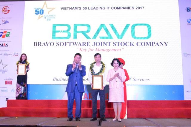 Ông Tôn Minh Thiên – Giám đốc BRAVO Hồ Chí Minh lên nhận giấy chứng nhận