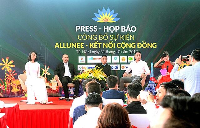 Nghệ sĩ Lê Quốc Nam ( Người thứ 3 từ bên trái ) – Tổng đạo diễn sự kiện tham gia trả lời câu hỏi với báo chí về sự kiện này.