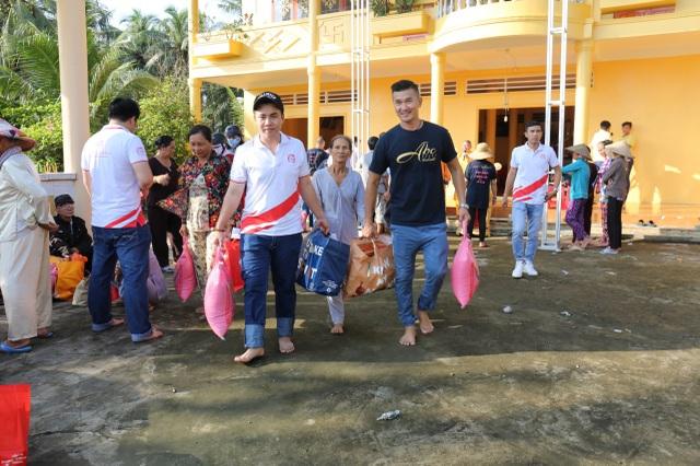 Việt Hưng Phát cùng Áo dài ABC trao 1400 phần quà cho người dân khó khăn các tỉnh miền Tây - 5