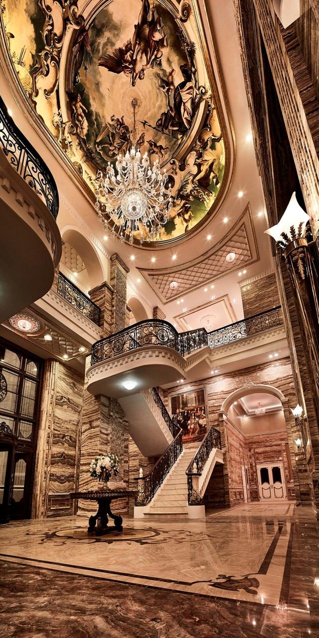 Đại sảnh rộng lớn với vòm cao 15m được tô điểm bằng bức tranh tuyệt đẹp – điều chỉ thấy ở các cung điện vua chúa các nước Châu Âu
