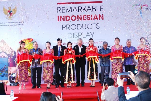 Đại diện Bộ trưởng Bộ Thương mại Indonesia, Đại sứ quán Indonesia tại Việt Nam và chính quyền TP Đà Nẵng cắt băng khai mạc hội chợ.